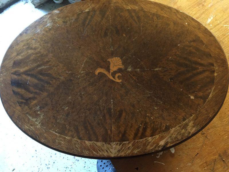 sybord med sliten yta