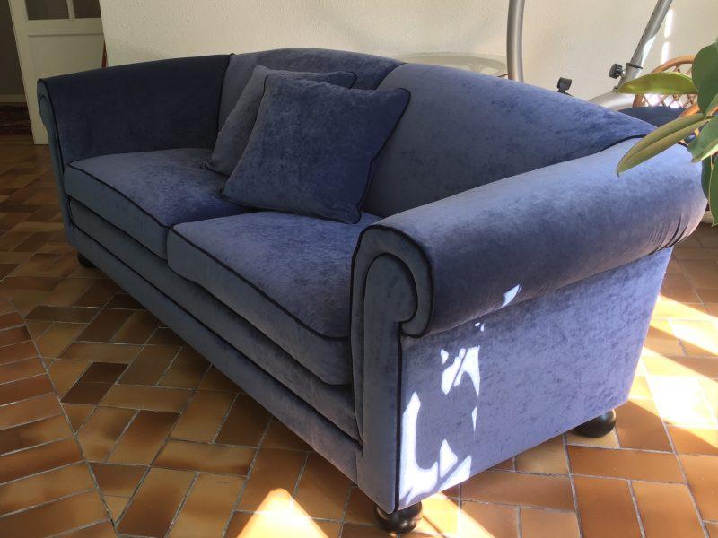 Modern soffa i sammet